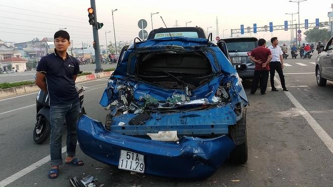 Đuôi ô tô 4 chỗ hư hỏng nặng sau va chạm