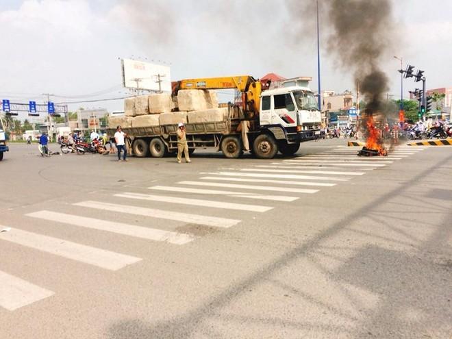Chiếc xe máy bốc cháy sau va chạm