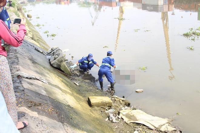 Thi thể nam thanh niên trôi nổi dưới sông
