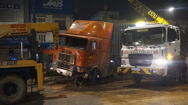 Chiếc xe container đâm vào dải phân cách