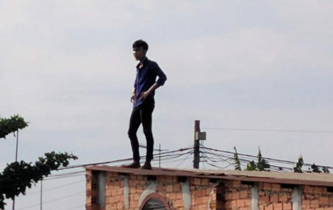 """Nam thanh niên nghi """"ngáo đá"""" leo lên mái nhà dân"""