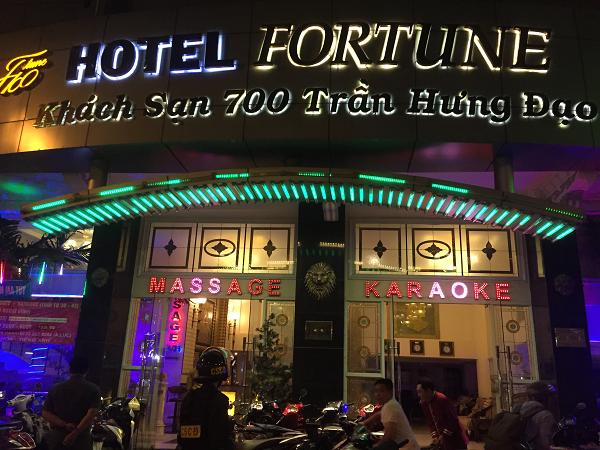 Lực lượng chức năng ập vào khách sạn Fortune phát hiện hàng chục nữ tiếp viên ăn mặc mát mẻ.