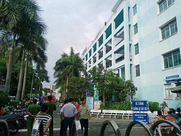 Nam thanh niên trèo lên sân thượng bệnh viện có ý định nhảy lầu tự tử.