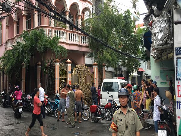 Lực lượng chức năng phong tỏa đoạn đường dẫn vào căn nhà có 2 cha con bị sát hại