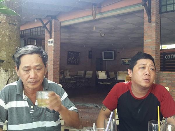 Cha đẻ của bé H (bên phải) đau buồn kể lại việc gửi con cho bạn thân và nhận kết cục đau lòng