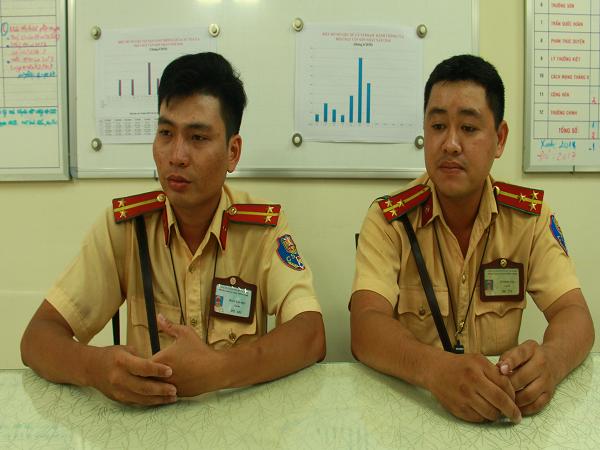 Đồng chí Nam và Phú đưa cháu bé đến bệnh viện nhanh nhất có thể.