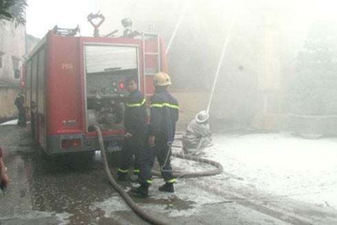 Các xe chữa cháy đồng loạt phun nước khống chế đám cháy, làm mát trần nhà. Một mũi khác ngăn ngừa ngọn lửa cháy lan