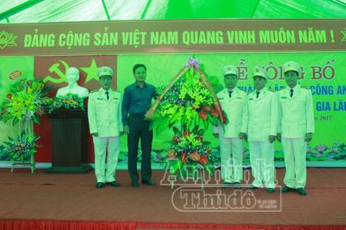 Lãnh đạo UBND huyện Gia Lâm tặng hoa và chúc mừng các CBCS nhận nhiệm vụ công tác tại đơn vị mới