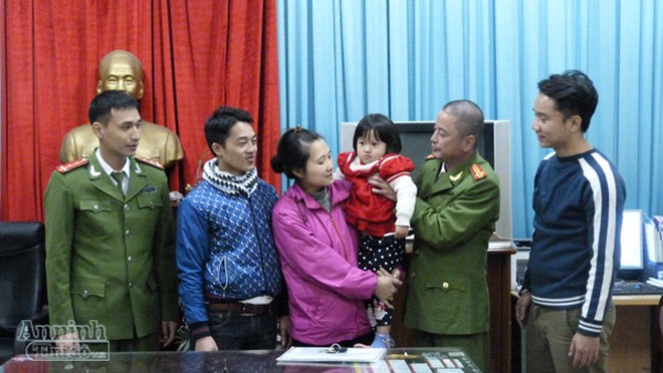 Niềm vui của gia đình chị Duyên khi thấy con gái được lực lượng công an giải cứu