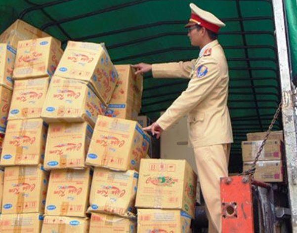 Lực lượng CSGT kiểm tra xe tải chở hàng không rõ nguồn gốc xuất xứ