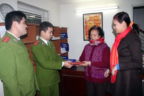 CAP Văn Quán trả lại tài sản cho người bị mất Gia đình chị Mơ tặng hoa CAP Văn Quán để bày tỏ sự cảm kích trước hành động đẹp của lực lượng làm nhiệm vụ