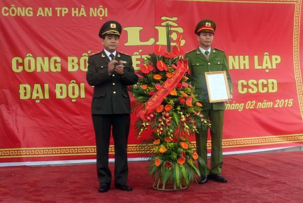 Thiếu tướng Nguyễn Đức Chung trao Quyết định thành lập Đại đội CSCĐ số 19 cho chỉ huy Trung đoàn CSCĐ CATP Hà Nội