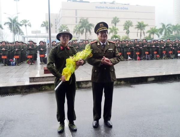 Thiếu tướng Lưu Quang Hợi tặng hoa chúc mừng chiến sỹ mới