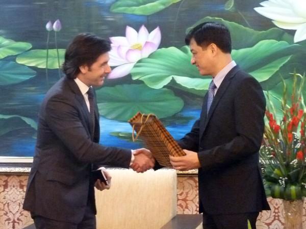 Đại tá Nguyễn Duy Ngọc tặng quà ông Graham Orr