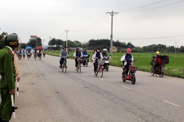 Đa số học sinh ở Phúc Thọ đều đội mũ bảo hiểm khi điều khiển xe đạp điện