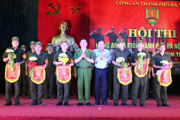 Thiếu tướng Đinh Văn Toản - Phó Giám đốc CATP và lãnh đạo UBND huyện Chương Mỹ tặng hoa động viên các đội thi Xuất phát từ những câu chuyện có thật, các đội thi đã dàn dựng, biểu diễn nhiều tiết mục xuất sắc