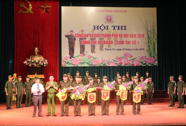 Thiếu tướng Đinh Văn Toản - Phó Giám đốc CATP Hà Nội và lãnh đạo UBND huyện Thanh Trì tặng hoa động viên các đội tuyển