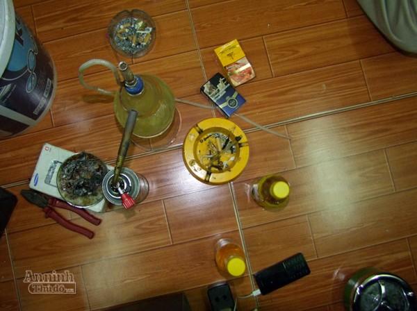 Tìm thấy lựu đạn, dao kiếm, ma túy...trong nhà riêng cán bộ thuế ảnh 4
