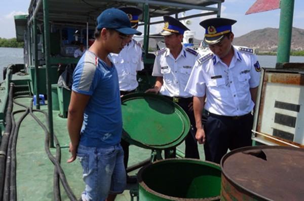 Lực lượng Cảnh sát biển kiểm tra tàu vi phạm