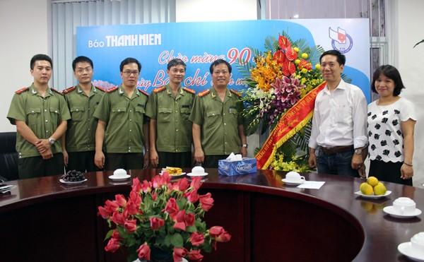 Đại tá Đoàn Ngọc Hùng – Phó giám đốc CATP Hà Nội chúc mừng Báo Thanh Niên và cơ quan thường trú Thông tấn xã Việt Nam tại Hà Nội (ảnh dưới)