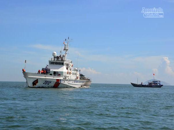 Sau 3 giờ tìm kiếm, tàu CSB 2012 đã cứu nạn, lai dắt tàu gặp nạn về vị trí an toàn