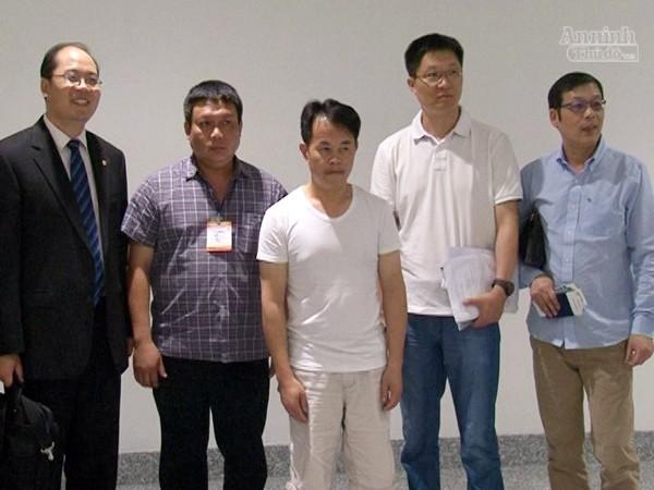 CATP Hà Nội bàn giao đối tượng Hong Zhaohui (giữa ảnh) cho CATP Thượng Hải