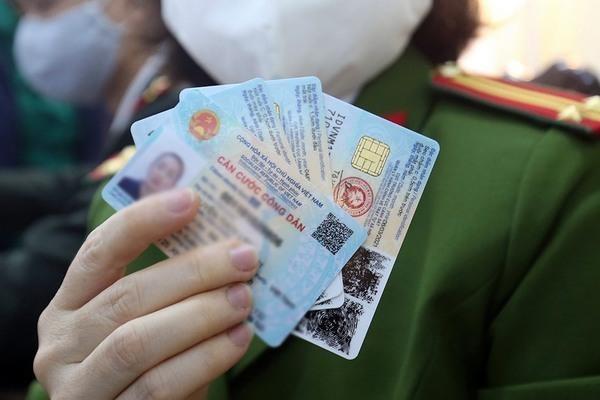 Khi làm thẻ Căn cước công dân gắn chíp điện tử thì có bị thu lại thẻ căn cước có mã vạch không? ảnh 1