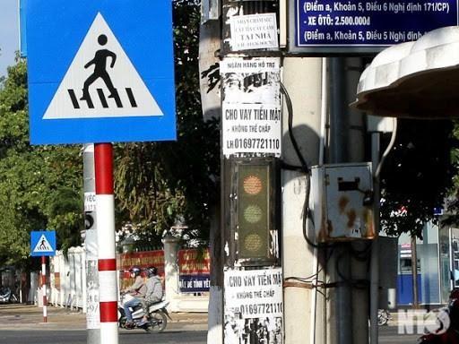 Treo quảng cáo ở cột điện bị phạt 1-2 triệu đồng ảnh 1