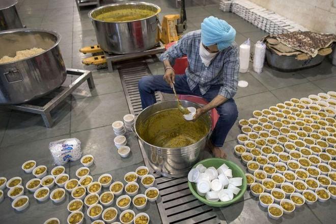 Lòng tốt và tình người thắp lên hy vọng giữa đại dịch kinh hoàng ở Ấn Độ ảnh 1