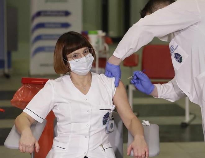 Không chủ quan: Dù đã tiêm vaccine Covid-19 vẫn có thể lây lan virus SARS-CoV-2 ra cộng đồng ảnh 1