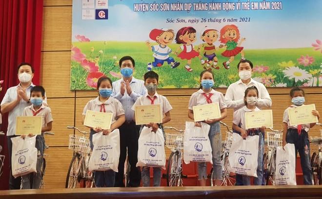 Trao quà tặng trẻ em có hoàn cảnh đặc biệt tại huyện Sóc Sơn ảnh 1