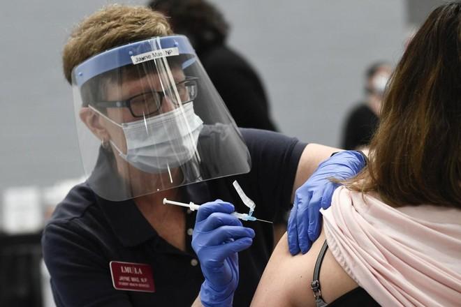 Tiêm vaccine Covid-19 góp phần ngăn chặn các chủng virus tiếp tục đột biến và lây lan ảnh 1