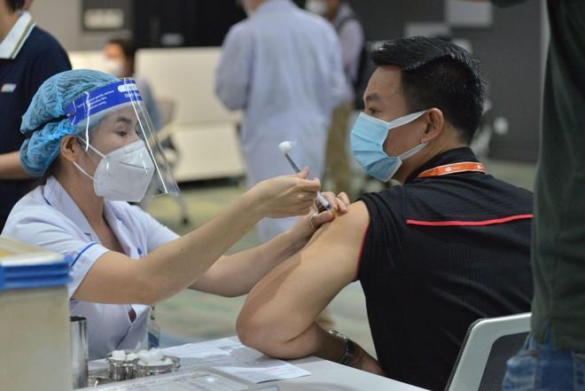 Tăng tốc tiêm vaccine để ngăn chặn dịch Covid-19 ảnh 1