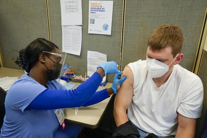 Mỹ kêu gọi người dân đi tiêm vaccine để ngăn chặn dịch Covid-19 ảnh 1