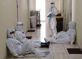 Bệnh viện quá tải, bác sĩ nhiễm Covid-19 tự điều trị tại nhà để nhường chỗ cho bệnh nhân ảnh 1