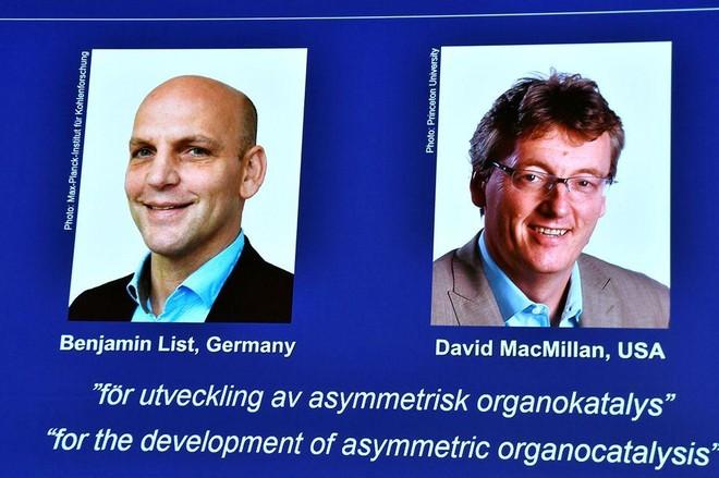 Giải Nobel Hóa học 2021 vinh danh nghiên cứu về chất xúc tác hữu cơ ảnh 1