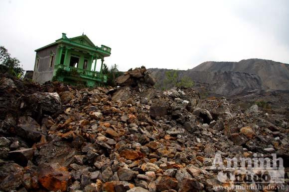 """Sức mạnh của """"sóng thần"""" núi thải đất đá ảnh 3"""
