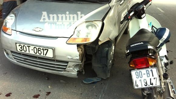 Kẹp 3, đánh võng tông nát đầu taxi ảnh 2