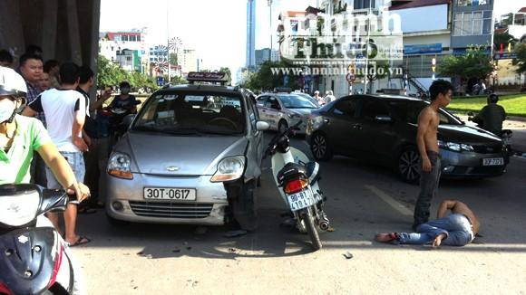 Kẹp 3, đánh võng tông nát đầu taxi ảnh 1