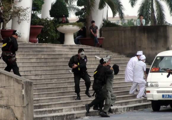Công an TP Hà Nội diễn tập chống bạo loạn, khủng bố và giải cứu con tin ảnh 11