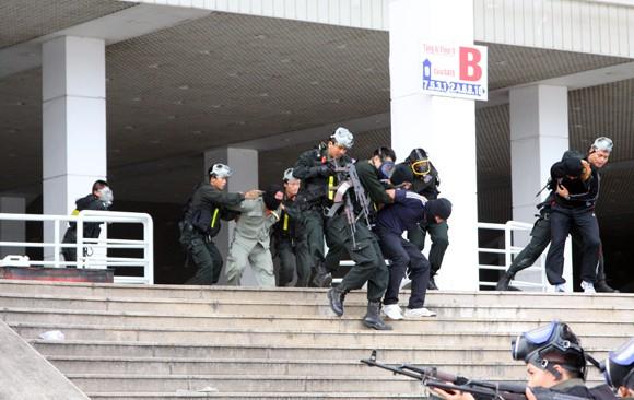 Công an TP Hà Nội diễn tập chống bạo loạn, khủng bố và giải cứu con tin ảnh 10