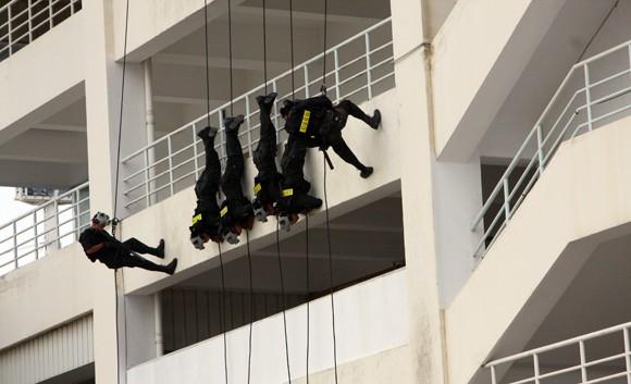 Công an TP Hà Nội diễn tập chống bạo loạn, khủng bố và giải cứu con tin ảnh 9