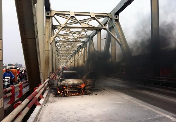 Ôtô cháy đen giữa cầu Chương Dương ảnh 4