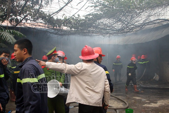 Xảy cháy lớn tại một kho hàng gần trung tâm Hà Nội ảnh 15