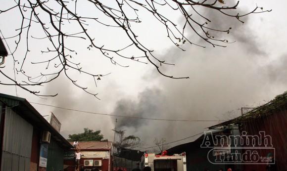 Xảy cháy lớn tại một kho hàng gần trung tâm Hà Nội ảnh 11