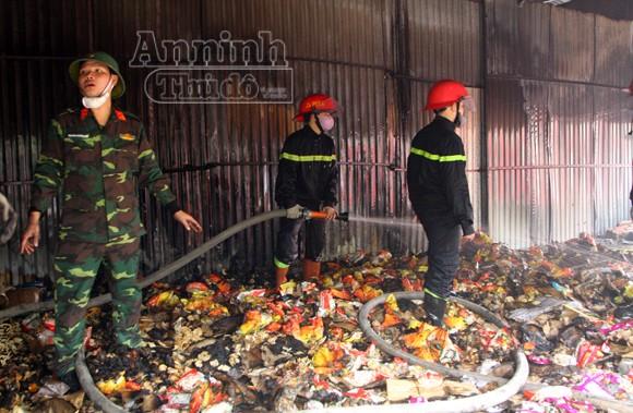 Xảy cháy lớn tại một kho hàng gần trung tâm Hà Nội ảnh 21