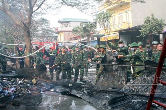 Xảy cháy lớn tại một kho hàng gần trung tâm Hà Nội ảnh 25
