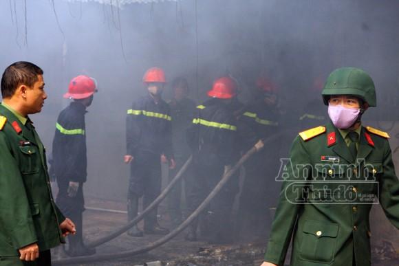 Xảy cháy lớn tại một kho hàng gần trung tâm Hà Nội ảnh 19