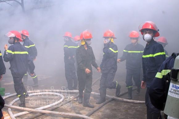 Xảy cháy lớn tại một kho hàng gần trung tâm Hà Nội ảnh 16