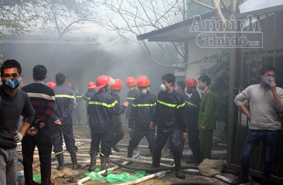 Xảy cháy lớn tại một kho hàng gần trung tâm Hà Nội ảnh 17